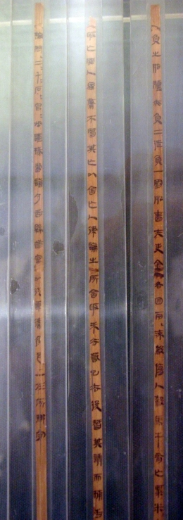 Three bamboo slips from the legal texts found in Zhangjiashan tomb, no. 336.