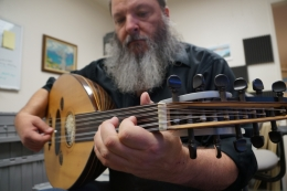 Eric Ederer playing the oud