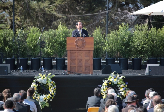 photo of Chancellor Yang at memorial