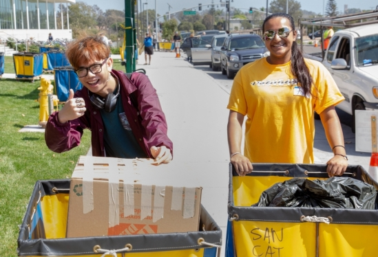 Happy students give the thumbs-up during UC Santa Barbara 2018 Move-In